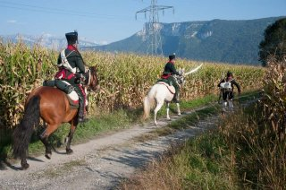 Reconstitution historique de la période napoléonienne à Vourey en Isère. La cavalerie poursuit un royaliste