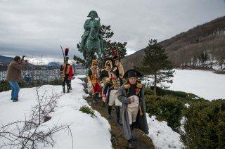 Laffrey. Commémoration du 7 mars à la prairie de la rencontre. Napoléon et ses généraux devant la statue équestre