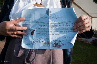 Reconstitution d'un bivouac des troupes napoléoniennes au château du Passage en Isère. La Prune montre sa patente de vivandière