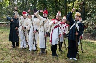 Reconstitution d'un bivouac de la période napoléonienne au château du Passage en Isère. Les soldats rechargent leurs fusils