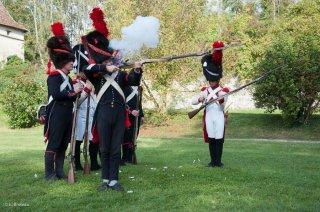 Reconstitution d'un bivouac de la période napoléonienne au château du Passage en Isère. Les soldats s'entraînent au tir