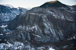 Les Gorges de l'Infernet et la Rampe des Commères dominées par le plateau d'Auris