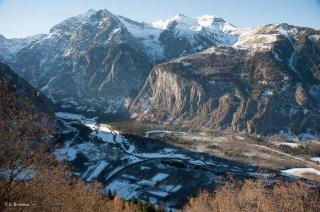 Extrémité est de la plaine de Bourg d'Oisans, avec la commune de Villard-Notre-Dame au dessus de la falaise éclairée