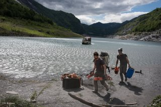 Lac du Chambon. Une équipe de débardeurs par câble va sortir les bois flottés du lac.