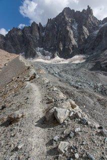 Vallon de Bonne Pierre, en contrebas à droite le glacier sous un pierrier. Au fond la Barre des Ecrins.