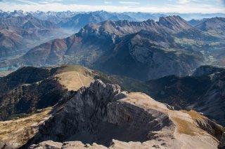 Vue sur le Petit Obiou, les falaises de la Montagne du Faraut, et les Ecrins au fond