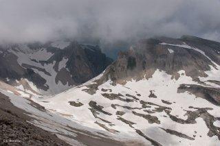 Névés au pied de la Tête de Lapras. Hautes-Alpes