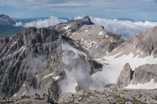 Vue depuis le sommet de l'Obiou sur la bordure ouest du Dévoluy, et le Grand Ferrand tout au fond. Hautes-Alpes