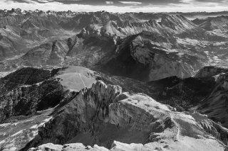 Vue sur le Petit Obiou et les crêtes de la Montagne du Faraut. Au fond les Ecrins