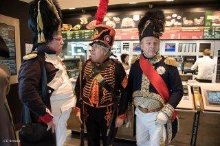 Visite de Napoléon et de sa garde rapprochée à Mac Donald de La Mure, sponsor de la reconstitution du bicentenaire à la prairie de la rencontre à Laffrey (Isère). 7 mars 2015