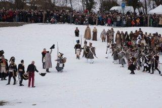 Napoléon face à l'armée du roi. Reconstitution du bicentenaire à la prairie de la rencontre à Laffrey (Isère). 7 mars 2015