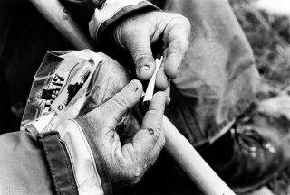 Pascal, berger au col d'Allos se roule une cigarette