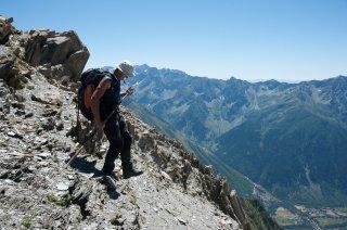 Henri, éleveur dans le Valgaudemar fait chaque semaine 1800m de dénivelé pour soigner ses brebis. Hautes-Alpes
