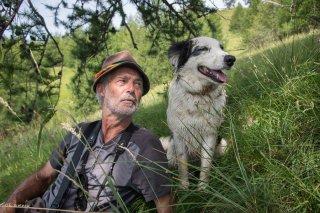 Max, berger sur l'alpage de Valdemars dans les Alpes de Haute Provence avec son chien de race Border Collie