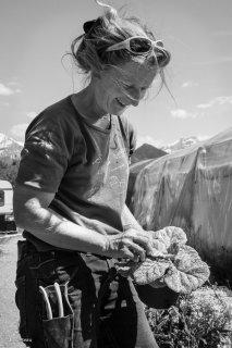 Faith, horticultrice aux jardins du Margaroux à Prébois. Mai 2016
