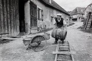 Prébois. André lave ses tonneaux avant de tirer le vin de la cuve. Octobre 2000