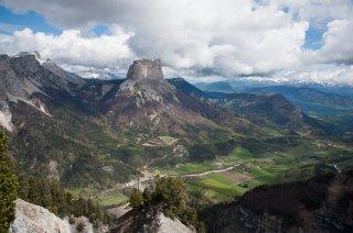 Le Mont-Aiguille et le bassin de Chichilianne, vus depuis les crêtes du Vercors