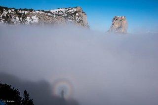 Un arc en ciel circulaire devant les Rochers du Parquet et le mont Aiguille