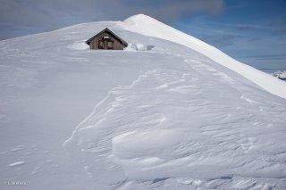 Cabane pastorale sur la crête du sommet du Jocou