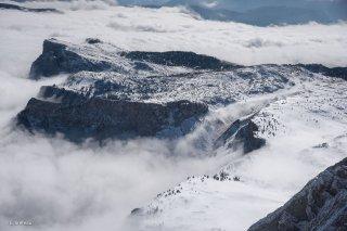 Réserve naturelle des hauts plateaux du Vercors. Le sommet de Peyre Rouge et les Rochers du Parquet émergent de la mer de nuages. Isère