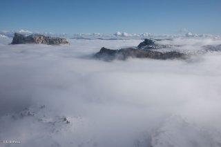 La mer de nuage vers l'Aiguillette du Grand Veymont avec le sommet du mont Aiguille qui émerge. Réserve naturelle des hauts plateaux du Vercors. Isère