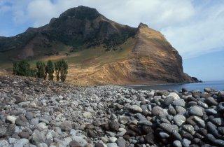 Ile Robinson Crusoé. Plage et vallée de Puerto Ingles.