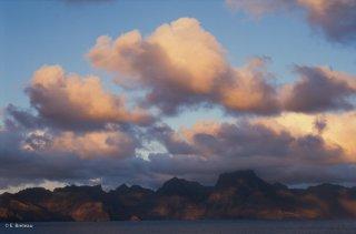 Vue sur l'île de Robinson Crusoé depuis l'ilot de Santa Clara