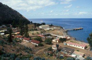L'unique village et le port de l'île Robinson Crusoé