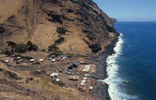 Unique village de l'île Alexander Selkirk et arrivée d'une barque au port