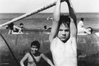 Ile Robinson Crusoé. Jeux des enfants autour d'une barge