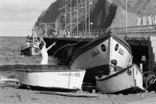 Ile Robinson Crusoé. Les enfants jouent aux marins pêcheurs