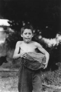 Ile Robinson Crusoé. Les enfants jouent à soulever la plus grosse pierre