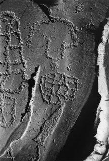 Vallée des Merveilles. Représentation d'un poignard, de réticulés et de corniforme