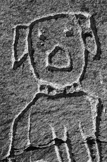 Gravure d'un chien de berger sur une cabane dans le massif des Ecrins