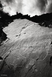 Vallée des Merveilles. Sur cette roche, un berger est venu graver par dessus les figures de l'âge du bronze