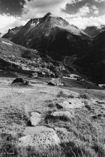Suisse. Pierres à cupules à Evolène dans le Valais
