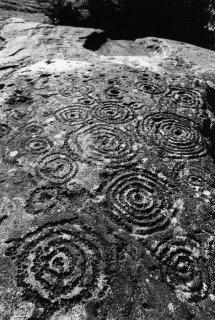 Suisse. Grisons. Grande dalle de Carschenna, couverte de cercles concentriques et de cupules