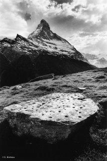 Suisse. Zermatt. Pierre à cupules devant le Cervin