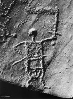 Aussois. Un guerrier brandit une épée. Photo réalisée d'après moulage de la Conservation du Patrimoine de la Savoie CG73. Réalisation Lythos.
