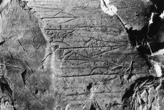 Site de Paspardo. Flèches gravées sur les roches du sentier