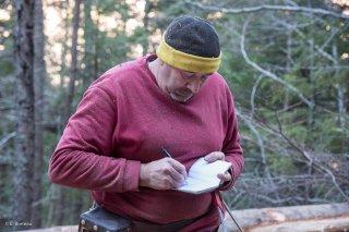 Eric Messa, bûcheron et débardeur, note le cubage des grumes. Chantier à Châtel en Trièves