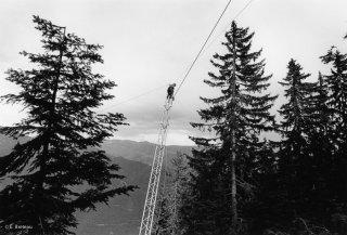 Installation du câble porteur sur un pylône