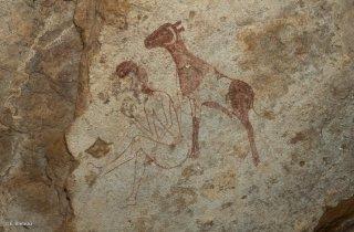 Peinture rupestre dans un abri sous roche. Représentation d'un berger et d'une chèvre