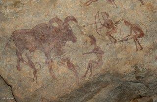 Peinture rupestre dans un abri sous roche. Scène de chasse à l'arc