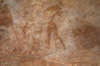 Peinture rupestre dans un abri sous roche. Un archer fait face à une girafe