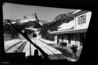 Arrivée du train en gare de Clelles, au fond le mont Aiguille