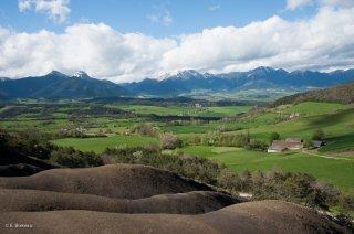 Le plateau du Trièves vu depuis les environs de Mens, avec la chaîne du Vercors au loin