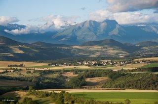 Le plateau du Trièves, au fond les sommets de la Matheysine
