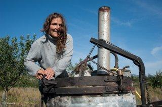 Françoise Dupont remplit son alambic pour faire une distillation d'huile essentielle. Plantamarine à Monestier du Percy
