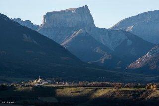 Village Le Percy, devant le Mont-Aiguille